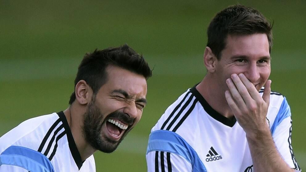 Glada VM-spelare. Argentinas Lionel Messi (t.h.) och Ezequiel Ivan Lavezzi (t.v.)