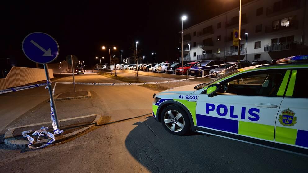 Polisen har spärrat av flera gator i bostadsområdet efter detonationen.