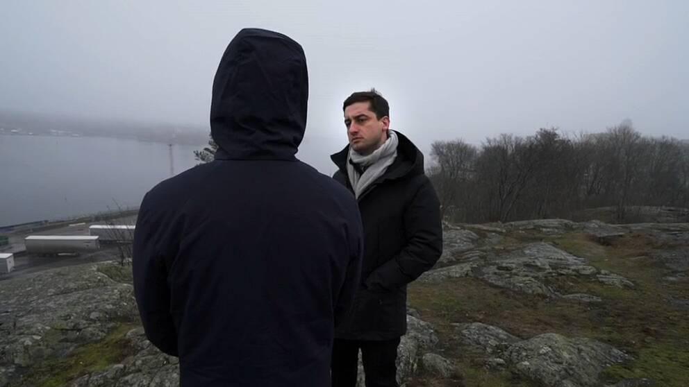 Den före detta langaren bakifrån och SVT:s reporter