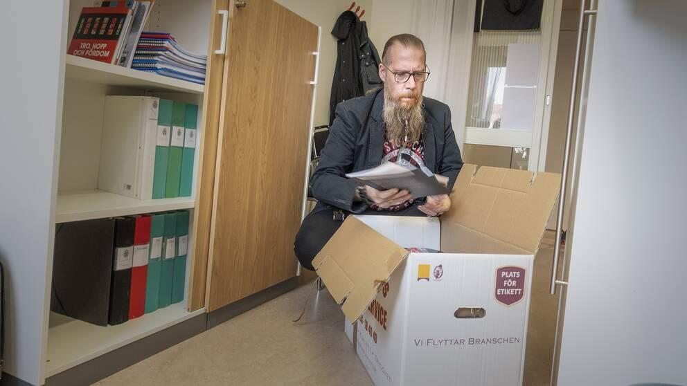 Magnus Ljung, Gävles samordnare för hedersvåld för våldsbejakande extremism, packar ned sitt arbetsmaterial i flyttkartonger eftersom hans projektanställning tar slut.