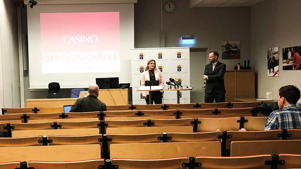 Åklagare Maja Kullinger och Thomas Bälter Nordenman höll presskonferens om kasinomålet vid polishuset i Uppsala.