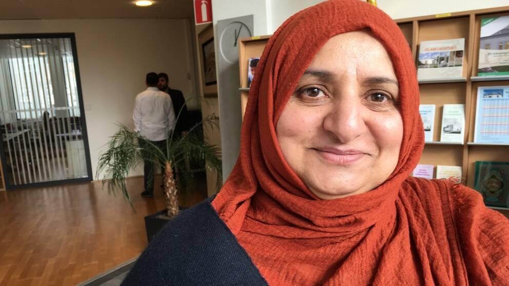 Kalsoom Kaleem, ordförande för Göteborgs moské står vid receptionen.