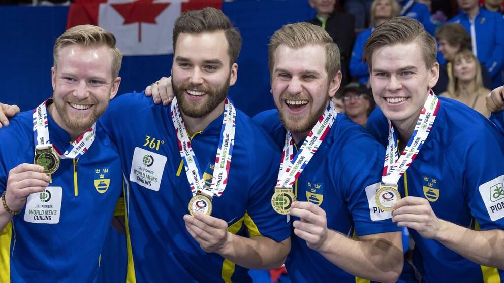 Niklas Edin, Oskar Eriksson, Rasmus Wranaa och Christoffer Sundgren håller upp sina guldmedaljer.