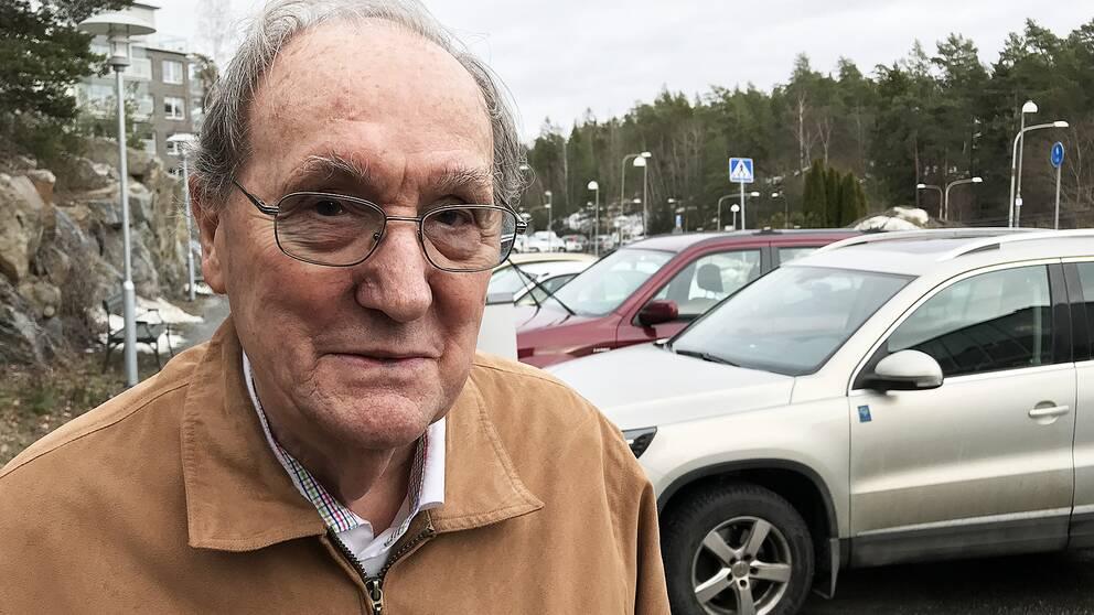 Bertil vill veta om han fortfarande är en bra bilförare. Klarar han testet?
