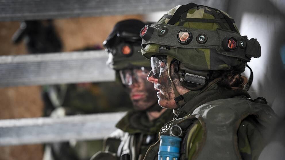 En kvinnlig soldat i full stridsutrustning under övning i markstrid i stadsmiljö. Kvinnliga och manliga rekryter övar lågintensiv strid vid markstridsskolan i Kvarn utanför Borensberg.