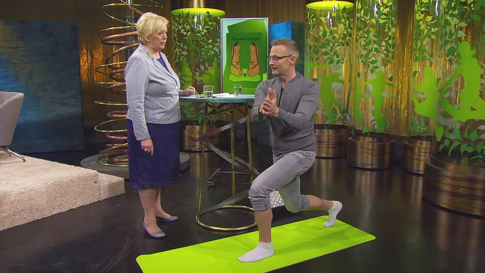 Sjukgymnast Per Jonsson visar övningar för att stärka höften och bli en bättre löpare.