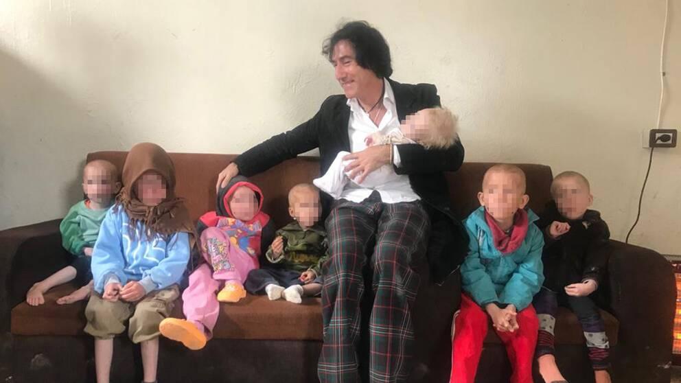 Det yngsta barnet är ett år gammalt. De andra barnen är 2, 3, 5,5 (tvillingar) samt 7 och 8 år. På bilden syns Patricio Galvez med alla sina barnbarn.
