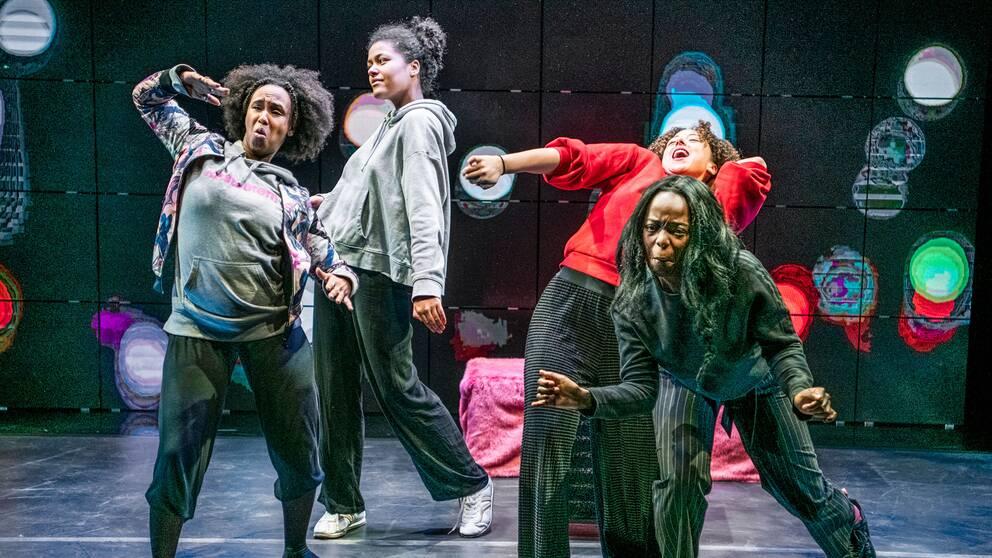 Skådespelarna Amanda Quartey, Segal Mohamed, Doreen Ndagire och Sol Myhrman repeterar pjäsen 24 timmar svart kvinna.