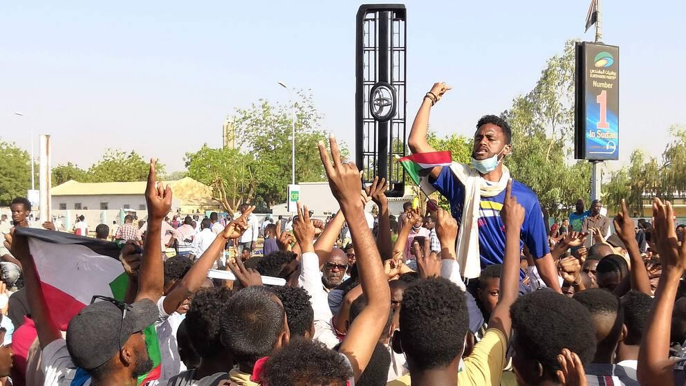 Demonstranter utanför militärhögkvarteret i Sudans huvudstad Khartoum.