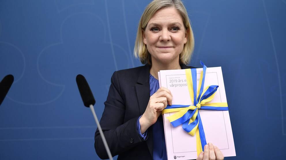 Finansminister Magdalena Andersson (S) presenterar vårändringsbudgeten under en pressträff i Rosenbad i Stockholm.