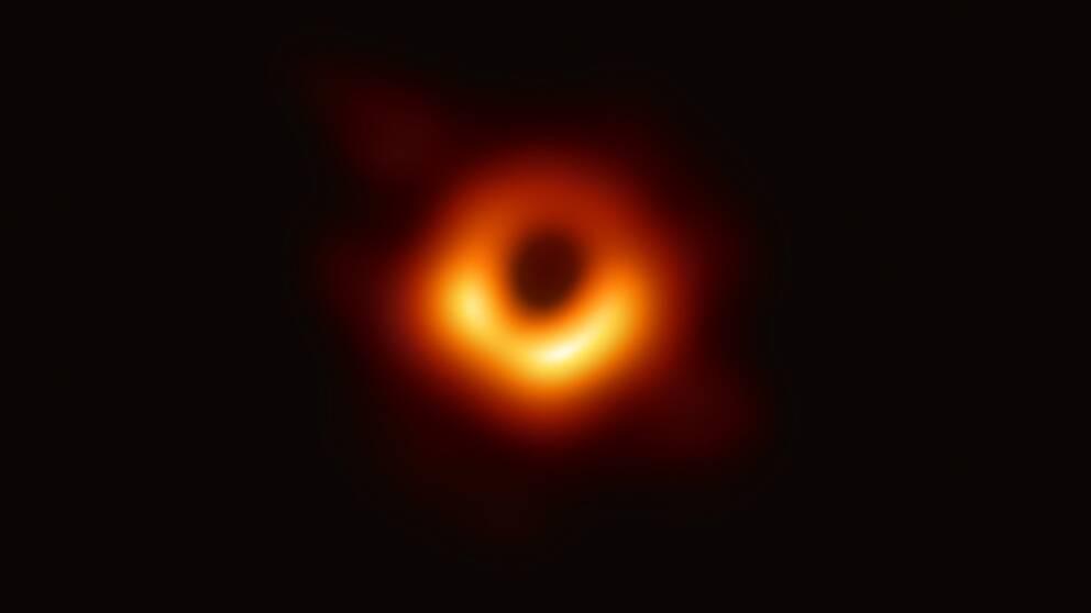 För första gången någonsin har forskare fotograferat ett svart hål.