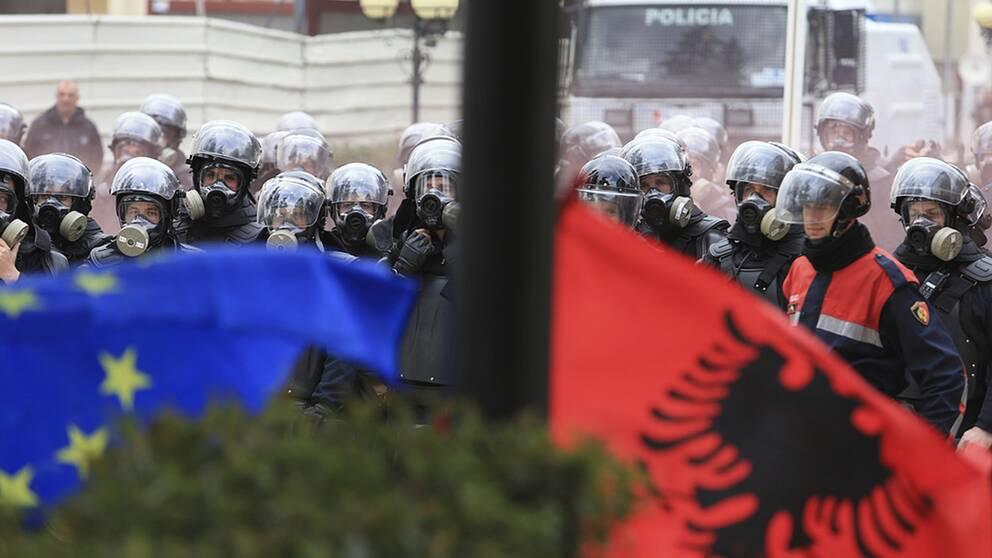 Poliser och flaggor i Albanien.