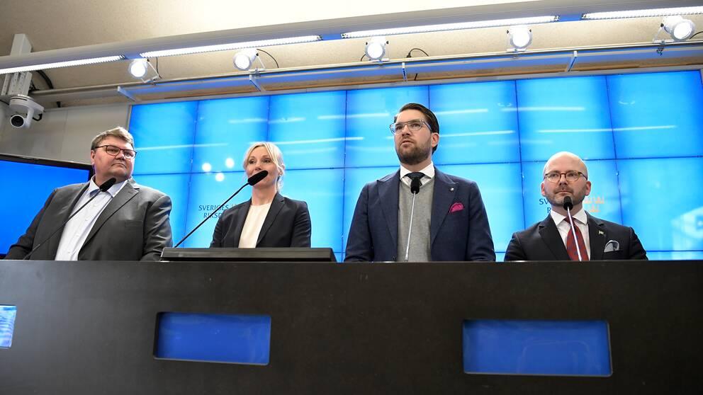 Sverigedemokraternas Peter Lundgren, Jessica Stegrud, partiledare Jimmie Åkesson och Charlie Weimers under en pressträf i riksdagen.