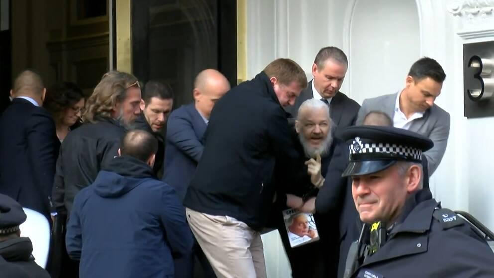 Se när Julian Assange förs från Ecuadors ambassad i London.