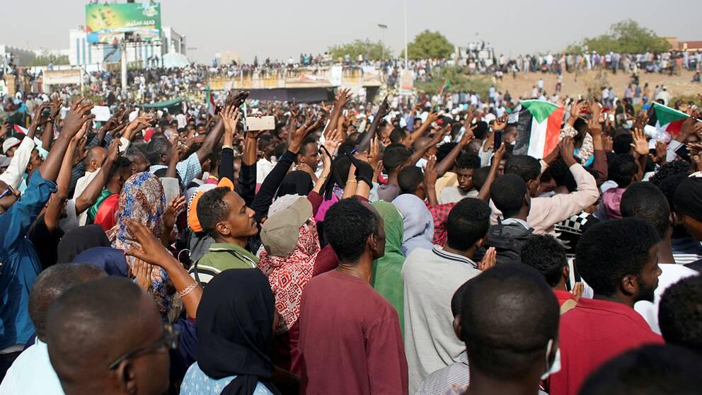 Tusentals sudaneser demonstrerar utanför försvarets högkvarter i Khartoum.