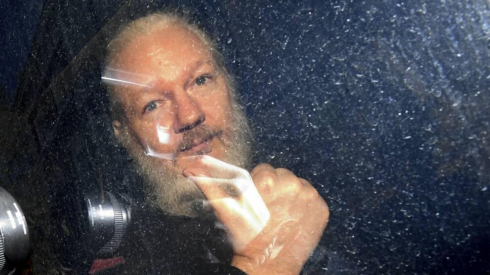 Julian Assange gestikulerade när han anlände till domstolen Westminster Magistrates' Court i London.