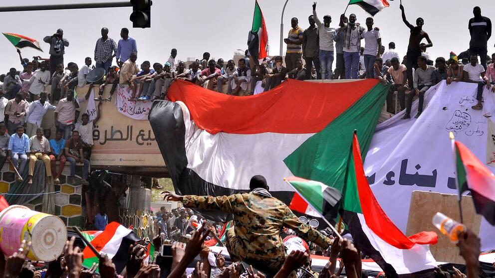 Demonstranter efter beskedet om att Omar al-Bashir gripits av militär.