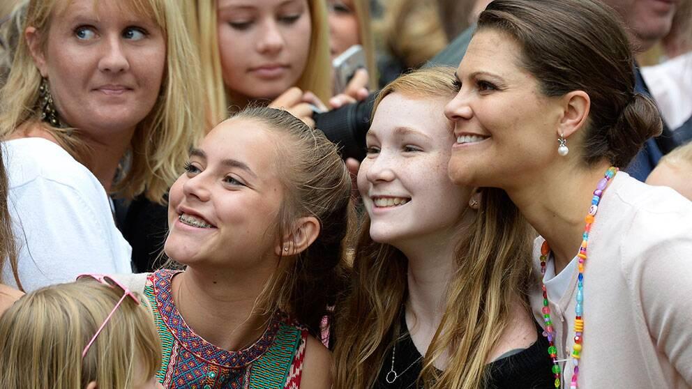 Flera åskådare ville ta selfies med kronprinsessan.