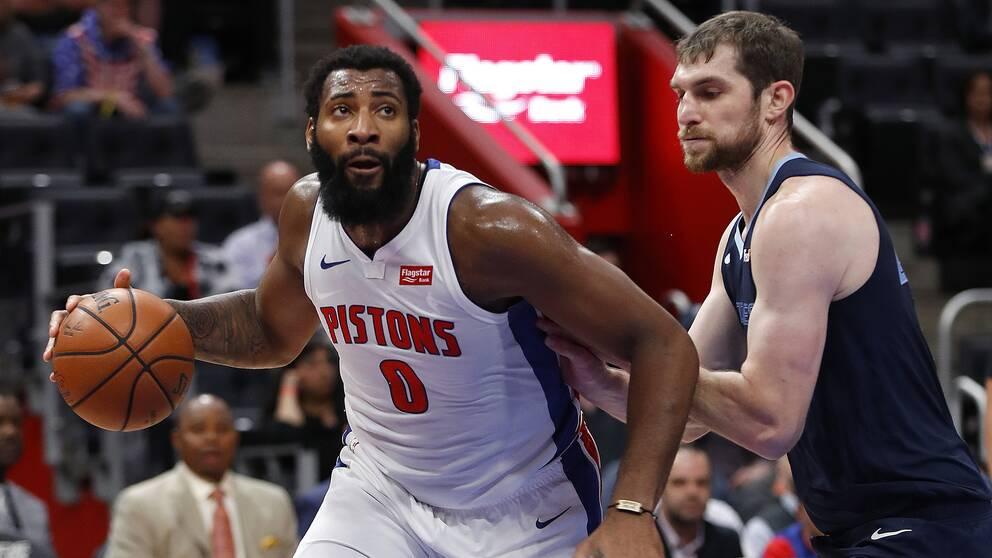Detroit Pistons center Andre Drummond, till vänster.