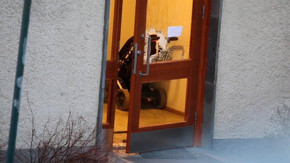 Ett hål i ett dörrfönster i flerbostadshuset där skottlossningen skedde natten till lördagen.