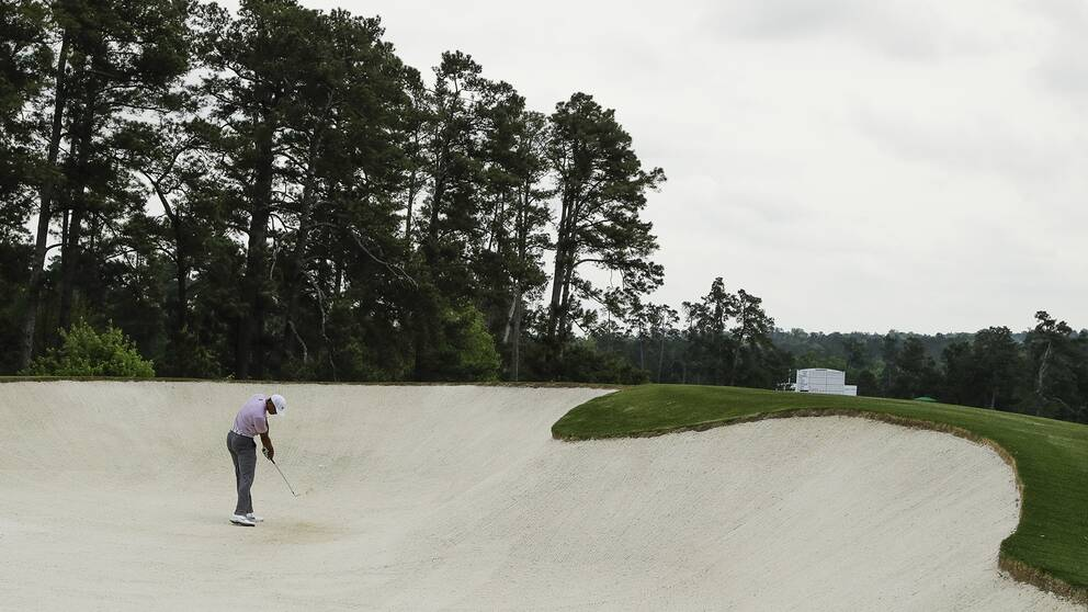 Tiger Woods slår från en bunker under tredje rundan.
