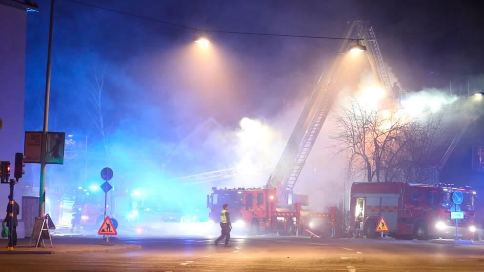 Räddningstjänsten som arbetar med att få kontroll på branden i parhuset i Bromma.