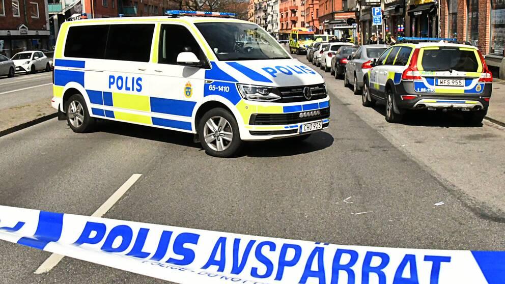 En stor polisinsats pågår innanför avspärrningarna på Bergsgatan i Malmö efter en misstänkt skottlossning.