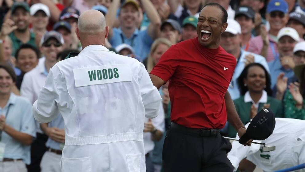 Tiger Woods firar sin 15:e majorseger.