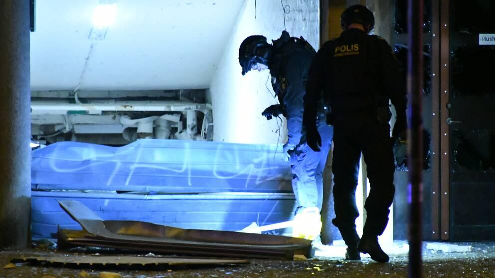 Polisens bombgrupp vid den söndersprängda garageporten under natten till måndagen.
