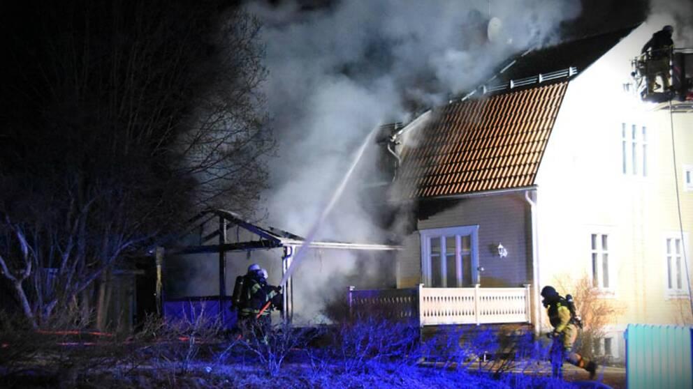 Bild på räddningstjänsten som släcker villabranden