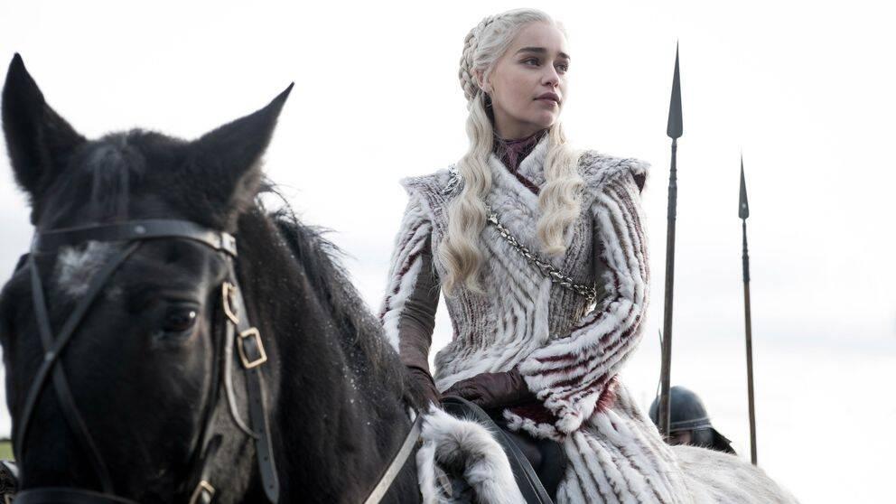 Blond kvinna på häst.