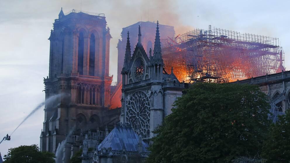 Katedralen Notre Dame började brinna under måndagen.