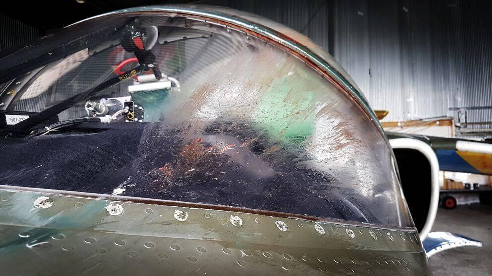 Flygplanet SK 60:s främre ruta. Havla är nedstänkt i blod och delar av fågeln som planet krockade med.