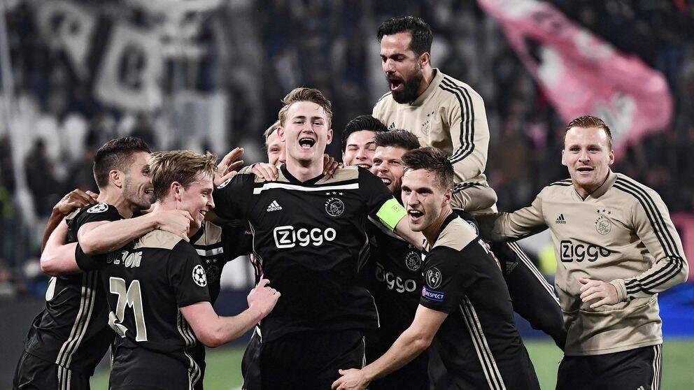 Matthijs De Ligt, med lagkaptensbindeln, bredvid Frenkie De Jong (nummer 21) och resten av Ajaxs talangfulla lag efter skrällen borta mot Juventus.