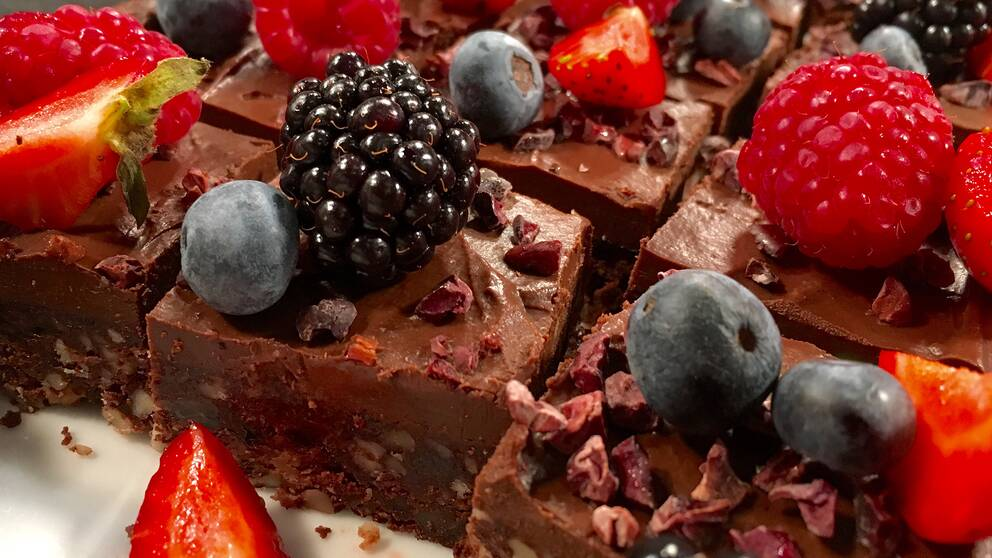 brownies med bär strödda över
