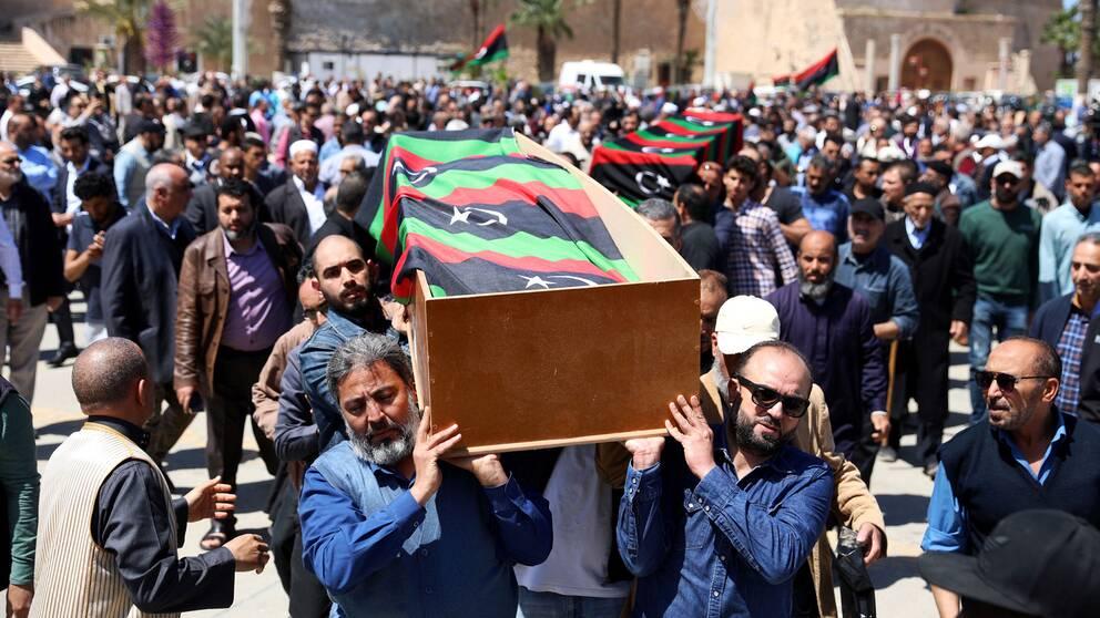 Personer som bär en begravningskista