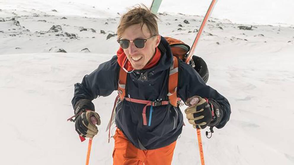 Joel Stenvall, platschef på Hemavans högfjällshotell, med skidutrustning i backen.