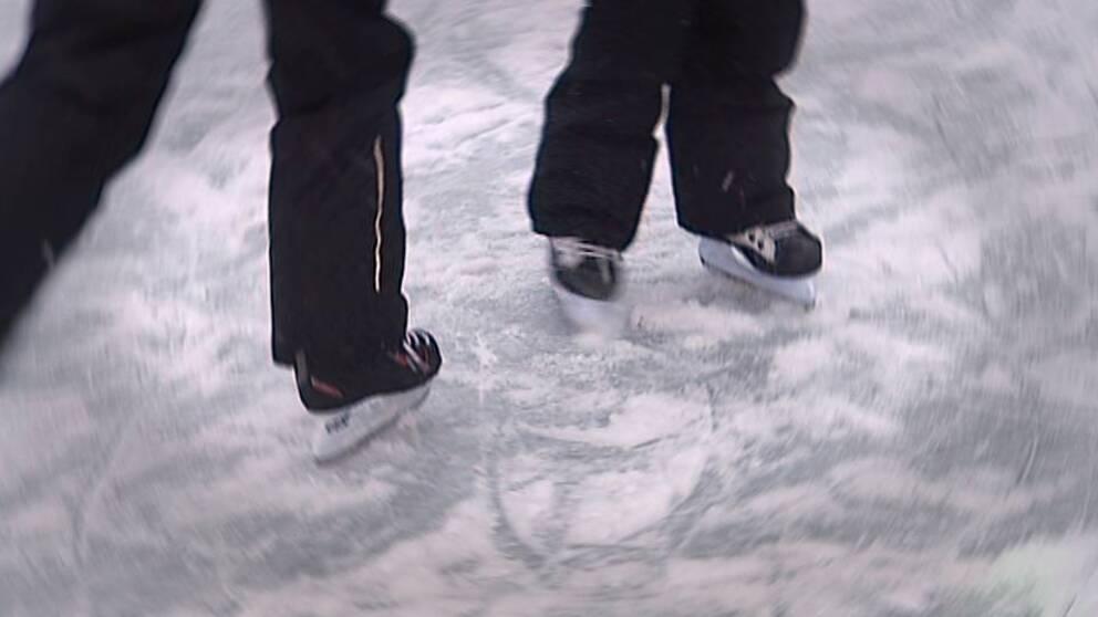 Närbild på skridskor på en isbana