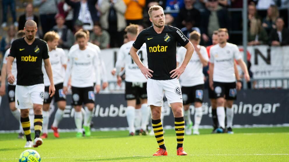 AIK:s Sebastian Larsson deppar efter Örebros 1–0.