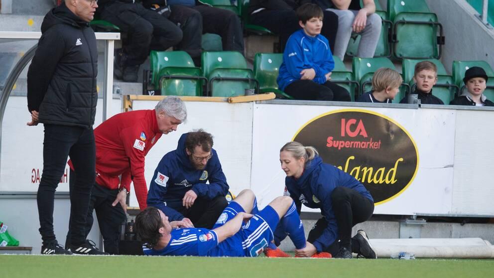 Sundsvalls Linus Hallenius får behandling för skada.