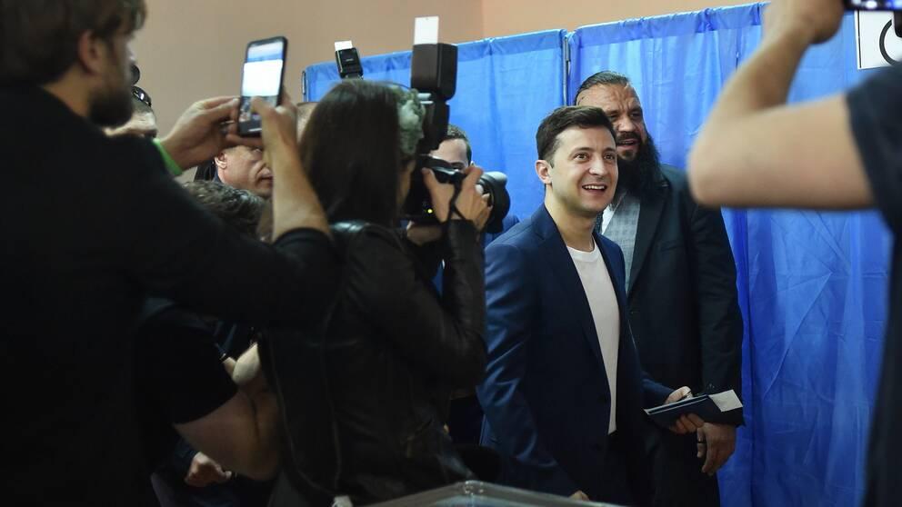 Utmanaren i Ukrainas presidentval Volodymyr Zelenskij får enligt vallokalsundersökningen över 70 procent av rösterna