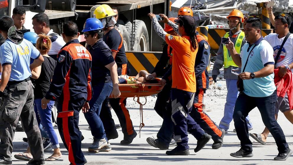 Ännu en överlevande dras fram ur rasmassorna i Porac norr om Manila.