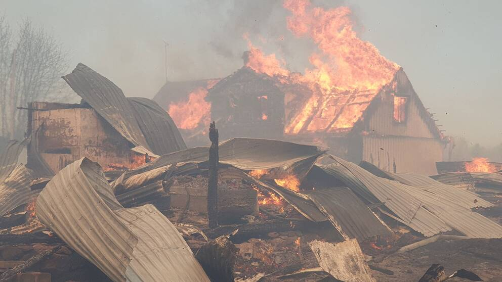 Ett kraftigt brinnande hus.