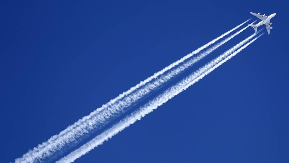 Flygplan med kondensationsstrimmor