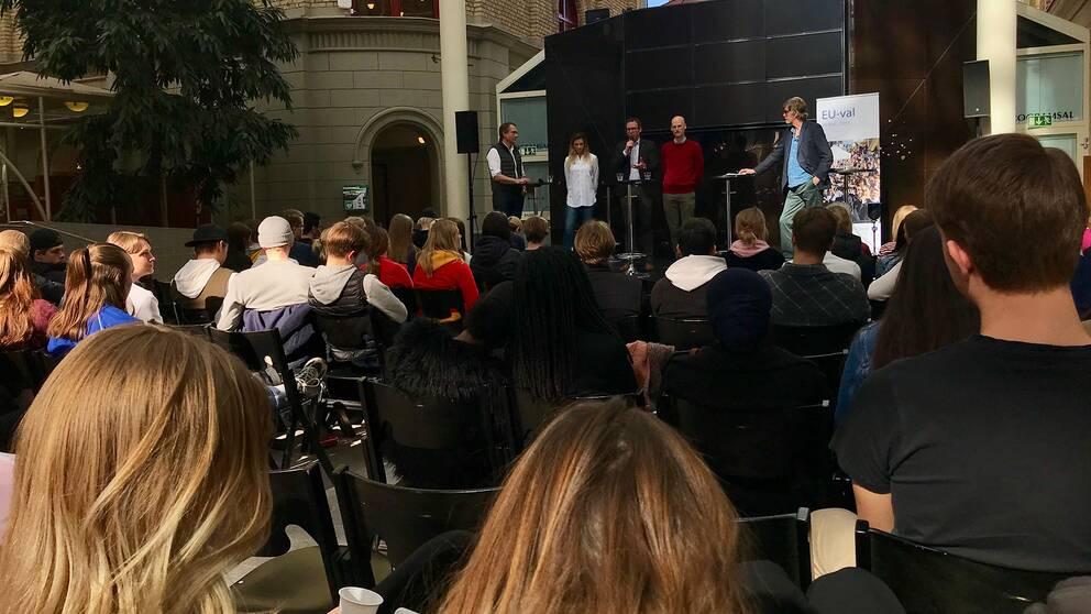 Elever sitter på Kulturmagasinet i Sundsvall och lyssnar på föredrag om EU.