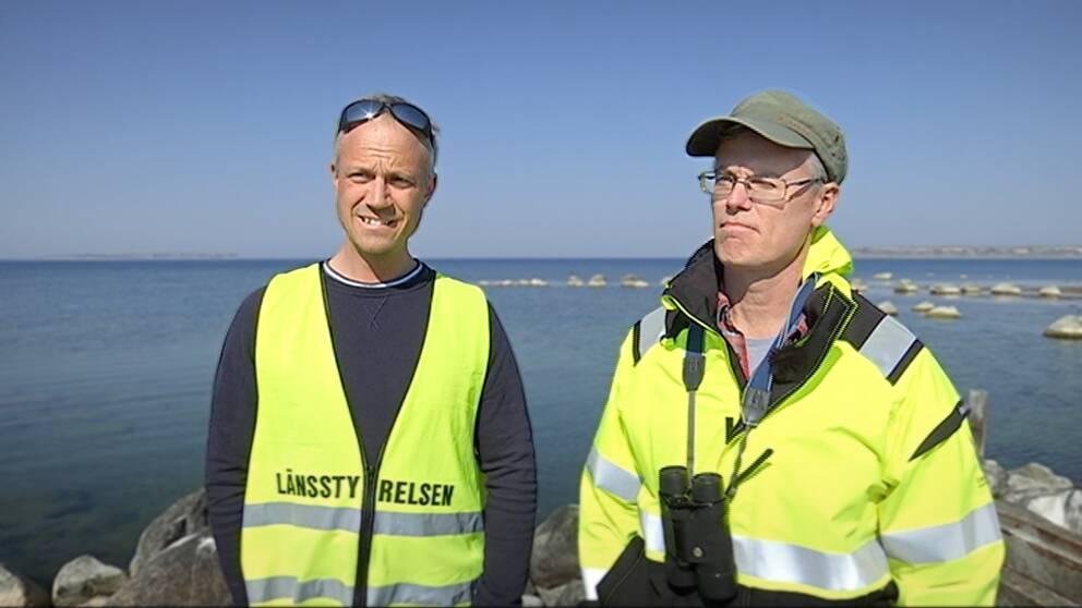 Andreas Pettersson och Peter Landergren står på en brygga.