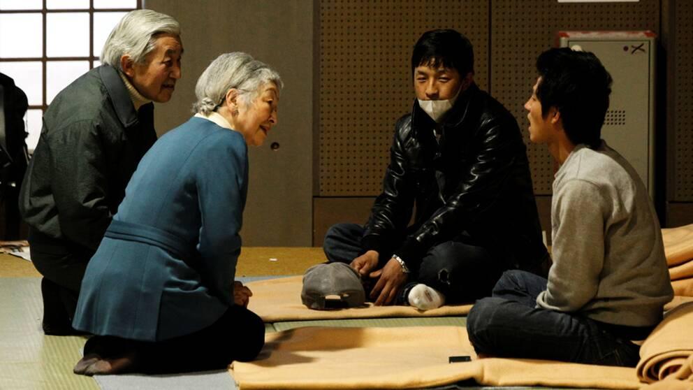 Kejsarparet Akihito och Michiko besökte evakuerade efter kärnkraftsolyckan i Fukushima 2011.