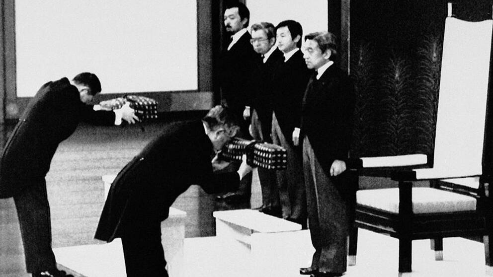 """Kejsar Akihitos tideräkning """"Heisei"""" (Uppnå fred) började när han kröntes 1989. Han tillåts att abdikera av hälsoskäl enligt en ny lag."""