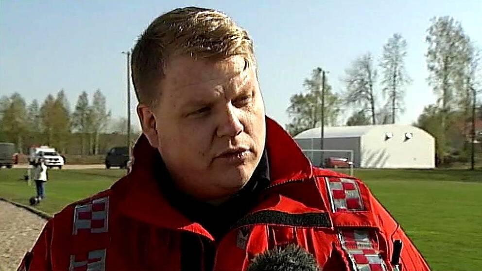 Axel Wahle, pressbefäl hos RTÖG, beskriver hur branden rört sig.