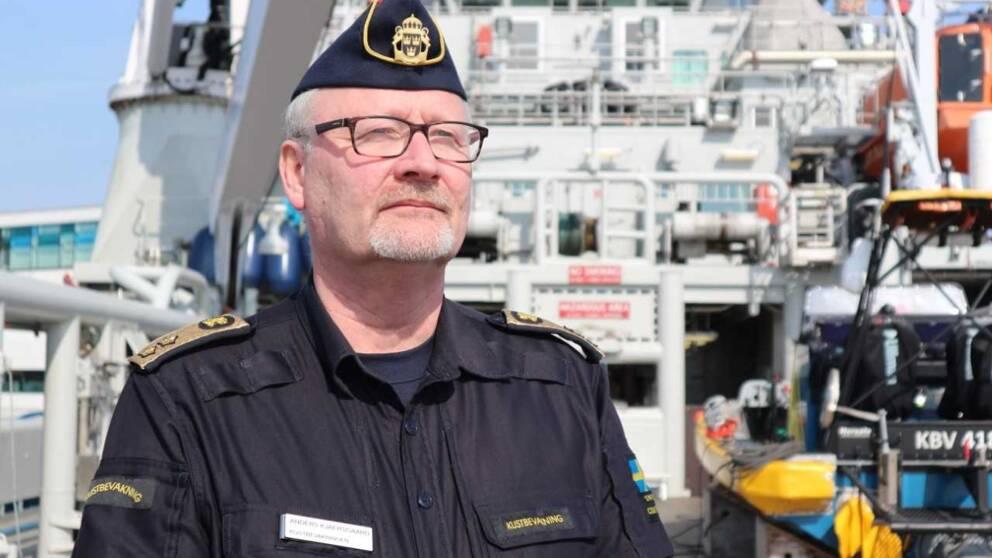 sjöman med glasögon på fartyg